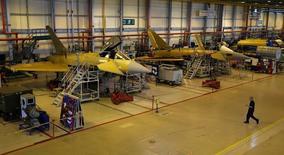 Цех по сборке истребителей Eurofighter Typhoon завода BAE Systems близ Престона. 7 сентября 2012 года. Крупнейшая оборонная компания Великобритании BAE Systems рассчитывает на незначительный рост прибыли в 2015 году и положительно оценивает свои перспективы в 2016 году, ожидая повышения военных расходов со стороны США. REUTERS/Phil Noble