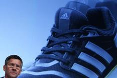 Adidas s'est lancé à la recherche d'un successeur à son président du directoire, Herbert Hainer (photo), ce qui semble plaire aux marchés. Jeudi matin, le titre de l'équipementier sportif allemand a bondi de plus de 5% à la Bourse de Francfort, /Photo d'archives/REUTERS/Michaela Rehle