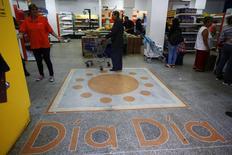 Personas en el interior de un supermercado Día Día en Caracas. Imagen de archivo, 3 febrero, 2015. El dueño de una red de 35 pequeños supermercados en Venezuela, intervenida este mes por el Gobierno bajo la acusación de acaparar alimentos, está dispuesto a invertir en nuevas tiendas si lo dejan seguir operando su negocio. REUTERS/Jorge Silva
