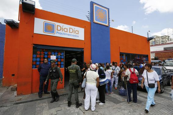 People line up to buy basic products at Dia Dia supermarket in Caracas February 3, 2015. REUTERS-Jorge Silva