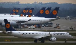 Lufthansa a établi un plan de croissance de la flotte et de ses effectifs en échange de réductions de coûts par ailleurs, tentant ainsi de désamorcer un long conflit avec ses pilotes. La compagnie aérienne allemande veut réduire ses charges et développer le bas tarif pour concurrencer des compagnies low cost telles que Ryanair et EasyJet ou les nouvelles concurrentes que sont Emirates et Turkish Airlines. /Photo d'archives/REUTERS/Michael Dalder