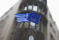 Grecia ha hecho todo lo posible por llegar a un acuerdo de beneficio mutuo con sus socios de la zona euro, pero no será presionada a poner en práctica su viejo programa de rescate, dijo el viernes su portavoz del Gobierno. En la imagen, una bandera griega y una de la Unión Europea en la fachada de la embajada griega en Bruselas el 19 de febrero de 2015. REUTERS/Yves Herman
