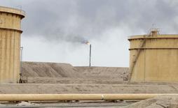 Нефтяное месторождение Al Tuba в Басре. 19 февраля 2015 года. Рост цены на международный нефтяной эталон Brent замедлился, а котировки американского маркера WTI снижаются, так как рост запасов в США в очередной раз продемонстрировал избыток нефти на рынке. REUTERS/Essam Al-Sudani