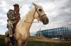 Охранник месторождения Джеруй в Киргизии. 6 июля 2006 года. Киргизия во второй раз объявила конкурс на право пользования недрами для разработки второго по величине месторождения золота в стране – Джеруй, с запасами более 97 тонн золота, которое за два десятилетия сменило несколько инвесторов. REUTERS/Vladimir Pirogov