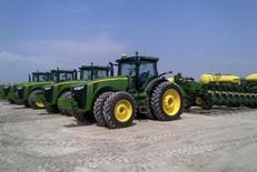 Сеялки производства компании Deere & Co на ферме Spirit Farms в Шеридане, Иллинойс. 2 мая 2013 года. Производитель сельхозтехники Deere & Co снизил квартальную прибыль на 43 процента из-за падения продаж тракторов, комбайнов и другой техники. REUTERS/Tom Polansek