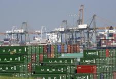Containers vistos en el puerto de Los Angeles, California. Imagen de archivo, 18 febrero, 2015.  Ejecutivos portuarios y líderes sindicales de los trabajadores de 29 terminales de la costa oeste de Estados Unidos seguían enfrascados en una disputa el viernes, mientras las conversaciones patrocinadas por el secretario de Trabajo de Estados Unidos entraban en su cuarto día. REUTERS/Bob Riha, Jr.