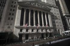 El exterior del edificio de la bolsa de Nueva York fotografiado en Manhattan. Imagen de archivo, 17 febrero, 2015.  El promedio industrial Dow Jones y el índice S&P 500 cerraron el viernes en máximos de una semana y el Nasdaq registró su octava semana consecutiva con ganancias, después de que Grecia y los ministros de Finanzas de la zona euro alcanzaron un acuerdo para extender el rescate financiero de ese país.  REUTERS/Carlo Allegri