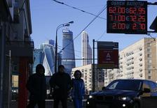 Dans le quartier des affaires, à Moscou. L'agence Moody's a abaissé vendredi la note de la dette souveraine de la Russie, de Baa3 à Ba1, en évoquant l'impact de la crise en Ukraine, de l'effondrement des cours du pétrole et de la faiblesse du rouble. /Photo prise le 16 février 2015/REUTERS/Maxim Zmeyev
