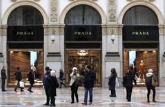 Le groupe de luxe italien Prada a affiché dimanche la volonté de maîtriser ses coûts après avoir fait état d'un chiffre d'affaires annuel en recul de 1%, la progression des ventes sur le continent américain et au Japon n'ayant pas suffi à compenser un déclin en Chine et en Europe. /Photo prise le 4 février 2015/REUTERS/Stefano Rellandini