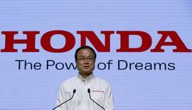 Honda annonce que son directeur général Takanobu Ito va quitter ses fonctions en juin, une décision inattendue de la part du troisième constructeur automobile japonais, actuellement englué dans des problèmes de qualité de ses voitures. /Photo d'archives/REUTERS/Toru Hanai