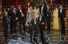 """Ator Michael Keaton e diretor Alejandro Iñárritu recebem Oscar de melhor filme por """"Birdman"""", em Hollywood. 22/02/2015  REUTERS/Mike Blake"""