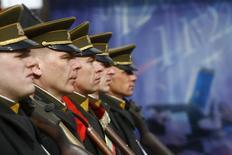 Военнослужащие армии Литвы маршируют в День восстановления независимости в Вильнюсе. 11 марта 2009 года. Литва планирует вернуть обязательный призыв в армию, от которого отказалась в 2008, сообщила во вторник администрация президента на фоне растущих в Прибалтике тревог по поводу разминания Россией военных мускулов. REUTERS/Ints Kalnins