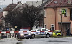 Полицейский автомобиль недалеко от ресторана, в котором была открыта стрельба, в городе Угерски-Брод в Чехии. 24 февраля 2015 года. Восемь человек были застрелены во вторник в ресторане в чешском городе Угерски-Брод, сообщил местный мэр в эфире Czech Television. REUTERS/Stringer
