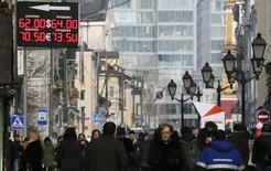 Пешеходная улица в Москве. 24 февраля 2015 года. Рубль в умеренном плюсе утром среды, дня уплаты НДПИ, НДС и акцизов, из-за чего в первой половине биржевой сессии участники рынка не исключают локальных продаж экспортной валютной выручки. REUTERS/Maxim Shemetov