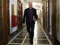 El ministro de Finanzas griego, Yanis Varoufakis, a su llegada a una reunión en el Parlamento en Atenas, feb 24 2015. Grecia no tiene dificultades inmediatas con la liquidez del gobierno pero sí enfrenta problemas para cumplir con los pagos de la deuda al Fondo Monetario Internacional y al Banco Central Europeo en la primavera y el verano boreales, dijo el miércoles el ministro de Finanzas, Yanis Varoufakis.   REUTERS/Alkis Konstantinidis