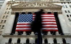 La Bourse de New York a débuté en léger repli mercredi après les nouveaux records inscrits la veille en séance par le Dow Jones et le Standard & Poor's-500. Quelques minutes après le début des échanges, le Dow Jones abandonnait 0,06%, le Standard & Poor's 500 reculait de 0,08% et le Nasdaq Composite cédait 0,16%. /Photo d'archives/REUTERS/Brendan McDermid