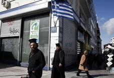 Una bandera de Grecia en la plaza de la Constitución en Atenas, feb 25 2015. Grecia admitió el miércoles que tendrá dificultades para cumplir con los pagos de la deuda al Fondo Monetario Internacional y al Banco Central Europeo (BCE), en momentos en que el ministro de Finanzas alemán manifestó abiertamente sus dudas sobre la credibilidad de Atenas.  REUTERS/Alkis Konstantinidis