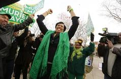 Washington D.C. city council member and Democratic mayoral candidate Muriel Bowser rallies supporters before voting in the District of Columbia Democratic mayoral primary election outside precinct 65 at the Lasalle-Backus Education Campus, in Washington April 1, 2014. REUTERS/Jim Bourg