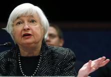 La presidenta de la Reserva Federal, Janet Yellen, en un panel en el Congreso en Washington, feb 25 2015. La presidenta de la Reserva Federal, Janet Yellen, dijo el miércoles que el banco central estadounidense seguirá aportando una gran cantidad de apoyo a la economía una vez que comiencen las alzas de tasas de interés. REUTERS/Jim Bourg