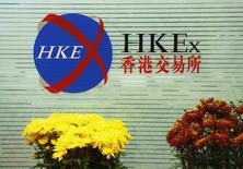 Цветы на фондовой бирже в Гонконге в первый день торгов после празднования китайского Нового года. 23 февраля 2015 года. Азиатские фондовые рынки выросли в четверг, опираясь в основном на местные новости. REUTERS/Bobby Yip