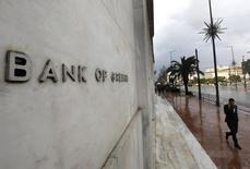 La croissance économique devrait être de retour en Grèce cette année et s'accélérer en 2016 mais elle reste exposée à des risques liés à la capacité de l'Etat à remplir ses engagements vis-à-vis de ses partenaires de la zone euro et à la lassitude face aux réformes, explique la banque centrale grecque dans son rapport annuel publié jeudi. /Photo prise le 10 février 2015/REUTERS/Yannis Behrakis