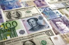 Банкноты доллара США, евро, британского фунта, швейцарского франка, японской иены, китайского юаня и российского рубля. Варшава, 26 января 2011 года. Золотовалютные резервы РФ достигли нового минимума с апреля 2007 года, $364,6 миллиарда, сократившись с 13 по 20 февраля на $3,7 миллиарда, согласно отчетности Банка России. REUTERS/Kacper Pempel