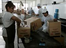 Unos trabajadores en la planta de la compañía Grissinopoli en Buenos Aires, sep 15 2011. La producción industrial argentina cayó un 2,1 por ciento en enero según la medición interanual con estacionalidad, dijo el jueves el Gobierno. REUTERS/Martin Acosta
