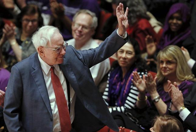 Financial investor Warren Buffett is acknowledged during an announcement ceremony at Northwestern University in Evanston, Illinois, January 28, 2015.   REUTERS/Jim Young