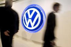 Логотип Volkswagen в американском офисе компании в Херндоне, Вирджиния, 18 сентября 2008 года. Крупнейший автоконцерн Европы Volkswagen получил рекордную прибыль по итогам 2014 года за счет двузначного роста продаж брендов премиум-класса Audi и Porsche и подтвердил прогноз рентабельности на нынешний год. REUTERS/Larry Downing