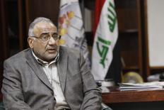 Iraq's Oil Minister Adel Abdel Mehdi speaks with Kirkuk Governor Najmaldin Karim on the outskirts of Kirkuk  February 2, 2015.  REUTERS/Ako Rasheed