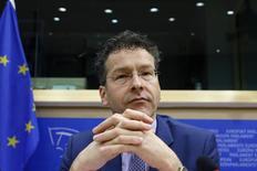 Le président de l'Eurogroupe, Jeroen Dijsselbloem, a déclaré que les créanciers étrangers de la Grèce pourraient lui verser d'ici un mois une partie des 7,2 milliards d'euros auxquels elle a encore droit dans le cadre du plan d'aide en cours à condition qu'Athènes commence à mettre en oeuvre les réformes nécessaires. /Photo prise le 24 février 2015/REUTERS/François Lenoir
