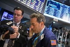 Operadores en la bolsa de Wall Street poco después de la apertura del mercado, feb 25 2015. Las acciones abrieron estables el lunes en la bolsa de Nueva York luego de que el índice S&P 500 sellara su mejor mes en más de tres años, después de que un dato mostrara que el gasto del consumidor estadounidense se mantuvo tenue en enero y antes de la divulgación de un reporte sobre el sector manufacturero.  REUTERS/Lucas Jackson