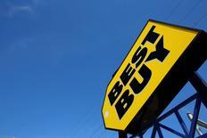 Best Buy, le numéro un américain de la distribution d'électronique grand public, a dégagé un bénéfice trimestriel meilleur que prévu grâce à une hausse de ses ventes de produits à fortes marges comme les télévisions à grand écran et les téléphones mobiles pendant les fêtes de fin d'année. Son chiffre d'affaires global à magasins comparables a augmenté de 2% au titre du quatrième trimestre de son exercice à fin janvier. /Photo d'archives/REUTERS/Jim Young