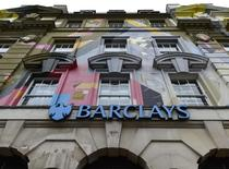 Imagen de una sucursal de Barclays en el centro de Londres. 22 de octubre, 2014.  El banco británico Barclays asumió un cargo de 750 millones de libras (1.200 millones de dólares) en el cuarto trimestre mientras se prepara para resolver investigaciones sobre manipulación de divisas de sus operadores, tras una serie de acusaciones que han minado los esfuerzos por reducir costos. REUTERS/Toby Melville