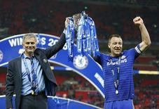 Capitão do Chelsea, John Terry, e técnico da equipe, José Mourinho, erguem a taça da Copa da Liga Inglesa. 01/03/20145 REUTERS/John Sibley