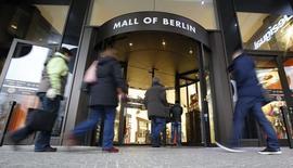 Grâce aux consommateurs allemands, les ventes au détail dans la zone euro ont augmenté de 1,1% en janvier par rapport à décembre, bien plus que le maigre taux de 0,1% attendu par les économistes interrogés par Reuters.  /Photo d'archives/REUTERS/Fabrizio Bensch