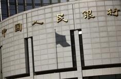 Sombra de bandeira na fachada do prédio do banco central da China, em Pequim. 24/11/2014 REUTERS/Kim Kyung-Hoon