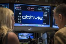 Экран с котировками бумаг AbbVie на Нью-Йорской фондовой бирже 18 июля 2014 года. Фармацевтическая компания AbbVie Inc купит производителя препарата от рака Imbruvica компанию Pharmacyclics Inc примерно за $21 миллиард, сообщила AbbVie в четверг. REUTERS/Brendan McDermid