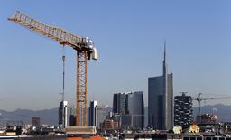 Le quartier Porta Nuova, à Milan. L'économie italienne a stagné au quatrième trimestre de l'an dernier, selon les chiffres officiels publiés jeudi qui confirment les données provisoires communiquées mi-février, et la contraction du produit intérieur brut (PIB) sur un an a été révisée en baisse à -0,5%. /Photo prise le 2 septembre 2014/REUTERS/Stefano Rellandini