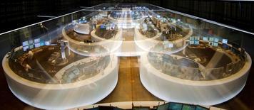 Les Bourses européennes se maintiennent en légère hausse jeudi à mi-séance, occupées par une série de résultats de sociétés, avant la réunion de la Banque centrale européenne qui devrait fournir des détails sur son plan de rachats d'actifs. A la mi-journée, le CAC 40 gagne 0,57% à Paris, le Dax prend 0,50% à Francfort et le FTSE avance de 0,29% à à Londres. /Photo d'archives/REUTERS/Kai Pfaffenbach