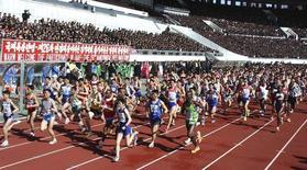 Foto de divulgação da agência oficial norte-coreana KCNA mostra corredores na Maratona de Pyongyang. REUTERS/Divulgação 14/04/2013
