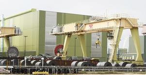Acero apilado en el patio de la firma ThyssenKrupp en Calvert, EEUU, nov 22 2013. Los nuevos pedidos de productos de fábricas estadounidenses bajaron inesperadamente en enero, acumulando ya seis meses consecutivos de declives.   REUTERS/Lyle Ratliff