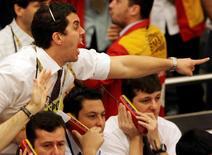 Operadores en la Bolsa de Valores de Sao Paulo, oct 24 2008. EL real brasileño caía el jueves en torno a las 3 unidades por dólar, en línea con el avance a nivel global de la moneda estadounidense y aún presionado por la incertidumbre sobre a un ajuste fiscal en Brasil y a las intervenciones del Banco Central en el mercado cambiario.  REUTERS/Paulo Whitaker