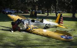 Самолет после аварийной посадки на поле для гольфа в Лос-Анджелесе. 5 марта 2015 года. Известный американский киноактер Харрисон Форд получил ранения в результате крушения принадлежащего ему легкомоторного самолета на поле для гольфа в Лос-Анджелесе, сообщила его агент. REUTERS/Lucy Nicholson
