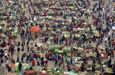 People buy vegetables at a morning market in Panjiayuan district, Beijing October 6, 2005.  REUTERS/China Newsphoto