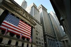 La Bourse de New York a ouvert vendredi en baisse après la publication de chiffres qui confirment le raffermissement du marché de l'emploi aux Etats-Unis. A l'ouverture, le Dow Jones perdait 0,21%, le S&P-500 reculait de 0,24% et le Nasdaq cédait 0,29%. /Photo d'archives/REUTERS/Mike Segar