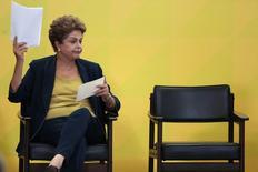 """La présidente brésilienne, Dilma Rousseff, a défendu sa politique d'austérité budgétaire, appelant ses compatriotes à accepter ces """"sacrifices temporaires"""" mais reconnaissant qu'ils ne porteraient pas leurs fruits avant la fin de l'année. /Photo prise le 26 février 2015/REUTERS/Ueslei Marcelino"""
