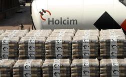 Le cimentier suisse Holcim s'est retrouvé lundi sous la pression de son plus gros actionnaire, Thomas Schmidheiny, qui détient environ 20% du capital du groupe suisse, qui réclame, selon la presse helvétique, une révision des termes de la fusion avec le français Lafarge. /Photo d'archives/REUTERS/Arnd Wiegmann