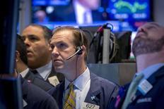 Operadores en la bolsa de Wall Street en Nueva York, feb 26 2015. Las acciones caían hasta un 1 por ciento el martes en la bolsa de Nueva York, en un descenso generalizado y pasando a territorio negativo en el año presionadas por la persistente apreciación del dólar. REUTERS/Brendan McDermid