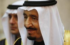 El rey Salman de Arabia Saudita en el palacio Erga en Riad, ene 27 2015. El rey Salman de Arabia Saudita dijo el martes que su país continuará con la exploración de petróleo y gas pese a la caída en los precios del crudo, al tiempo que prometió una economía fuerte y diversificada.  REUTERS/Jim Bourg